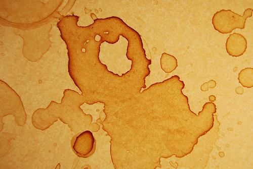 Loại bỏ các vết bẩn cà phê, nước ngọt dính trên tường